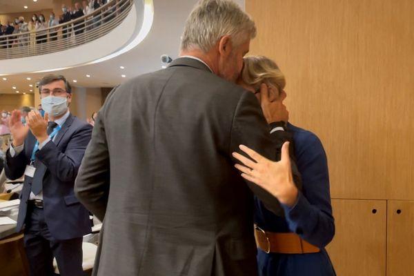Juste après l'annonce de sa ré-élection, Laurent Wauquiez a d'abord été félicité par son épouse, présente dans l'hémicycle