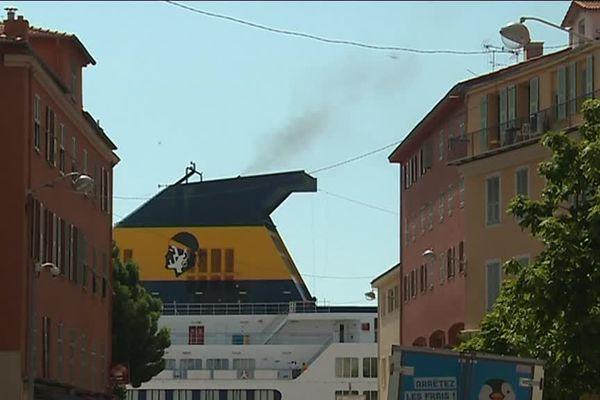 La fumée est proche des habitations.