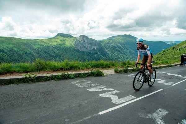 """L'étape entre Châtel-Guyon et le Puy Mary avait déjà été reconnue par Romain Bardet en juin, il sera pour Laurent Jalabert """"l'homme à suivre sur cette étape""""."""