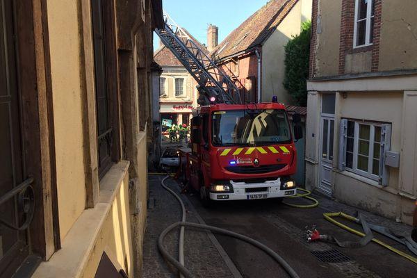 Depuis 4h30, les sapeurs-pompiers maîtrise un incendie survenu rue Neuve à Toucy (Yonne).