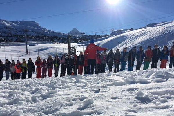Atelier de recherche en avalanche pour les collégiens.