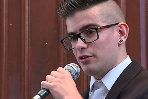 Le chanteur a pris la parole devant une assemblée d'élèves.