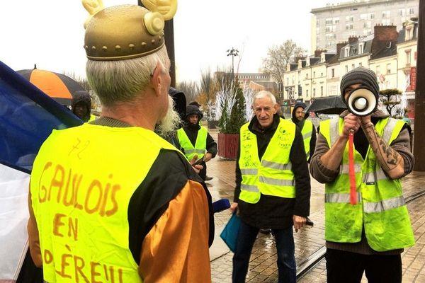 """Des """"gilets jaunes"""" se sont retrouvés devant la gare du Mans avant de se diriger vers la préfecture pour remettre une pétition."""