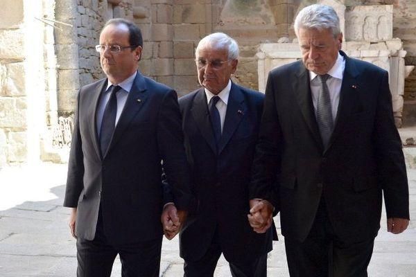 François Hollande, Robert Hébras et Joachim Gauck (Président allemand) main dans la main lors de la cérémonie historique du 4 septembre 2013 à Oradour-sur-Glane village martyr de la seconde guerre mondiale.