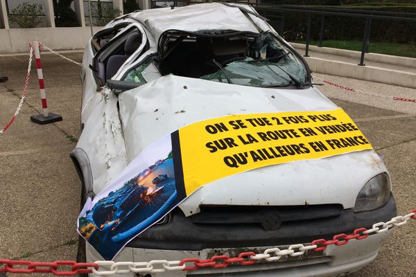 Une voiture accidentée dans la cour de la préfecture de Vendée afin de sensibiliser le public à la sécurité routière