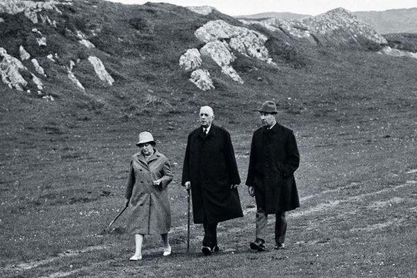 Yvonne et Charles de Gaulle accompagnés de l'aide de camp François Flohic lors de leur séjour en Irlande