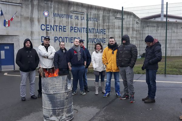 Les personnels du centre pénitentiare de Vivonne dans la Vienne devant l'établissement.