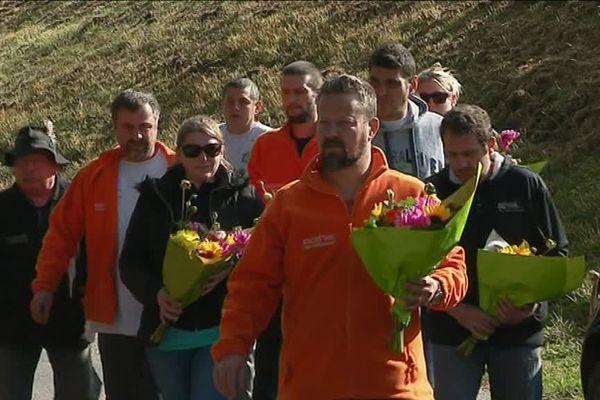 Des fleurs déposées sur les lieux du drame au lendemain de l'accident.
