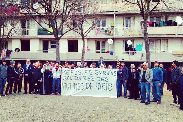 Les réfugiés syriens du quartier des Izards observent une minute de silence en hommage aux victimes des attentats de Paris.