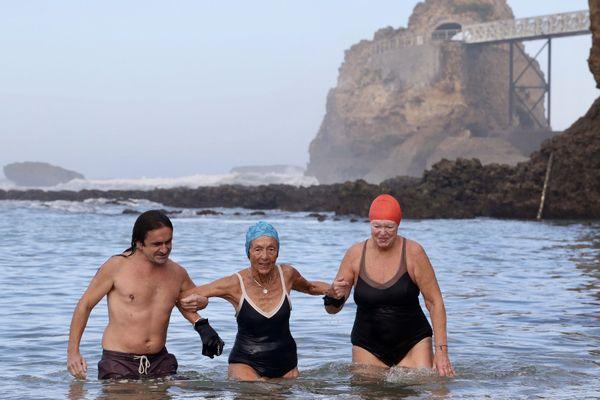 Bain du lundi 2 novembre à Biarritz avant la mise en application de l'interdiction de la baignade durant le confinement.