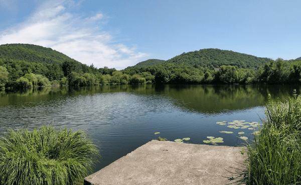 Le lac naturel de Barbazan (Haute-Garonne) est profond et couvert de vase, ce qui le rend particulièrement dangereux. La baignade y est interdite.