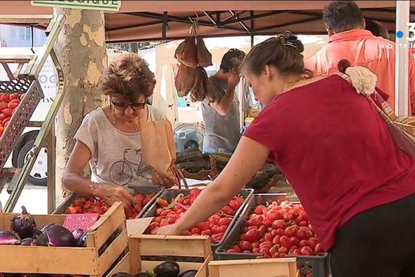 Sur le marché de Bastia, trois familles d'exploitants se sont associés pour s'en sortir.