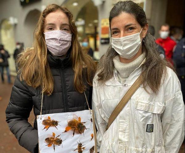 Femme et fille d'apiculteur son venu soutenir leur mari et père, en pleine discussion avec l'un des députés qui a voté favorablement à la réintroduction des néonicotinoïdes : Arnaud Viala.