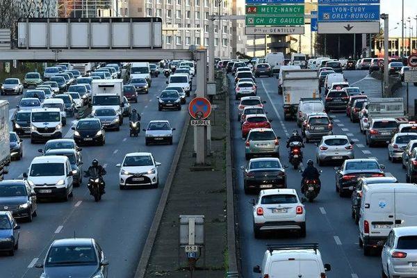 Automobilistes sur le périphérique parisien, le 20 décembre 2020. (BERTRAND GUAY / AFP)