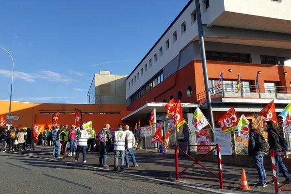 Des agents de la Région Bourgogne-Franche-Comté ont manifesté devant le lycée Léon Blum au Creusot mardi 6 novembre 2018. Ils protestent contre leur nouveau statut depuis la fusion des régions.