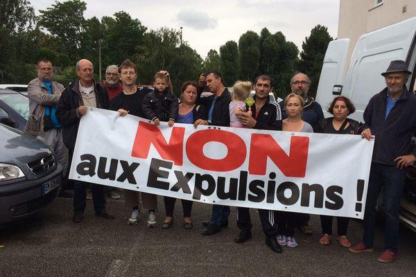 Une partie des familles et du comité de soutien, à Saint-Aubin-lès-Elbeuf.