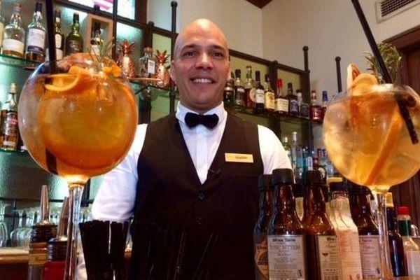 Le barman de l'hôtel de la Cité de Carcassonne