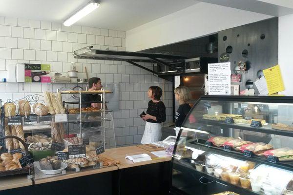 Catherine Colonna avec les employés de sa boulangerie de La Rochelle.