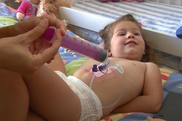 Elisabeth, âgée de 22 mois lors du drame, ne peut plus s'alimenter normalement.
