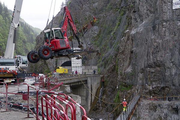 Le secteur du BTP reprend ses activités à quelques jours du déconfinement, notamment sur la route des gorges de l'Arly en Savoie.