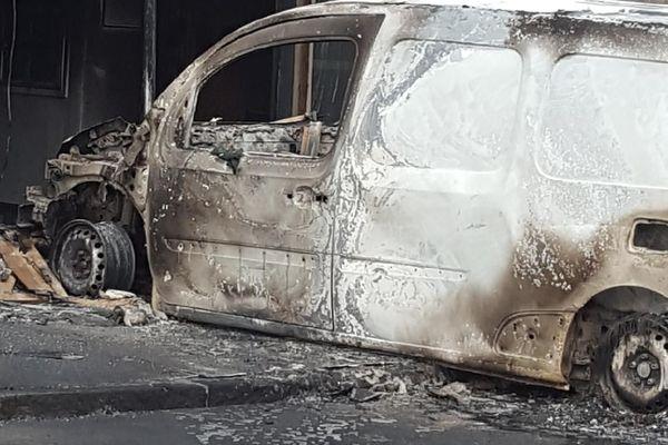 Un véhicule incendié devant la médecine du travail à Malakoff, le 5 juillet 2018