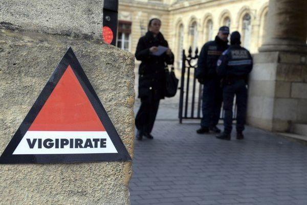 Un nouveau logo a été apposé devant l'entrée de la mairie de Bordeaux.