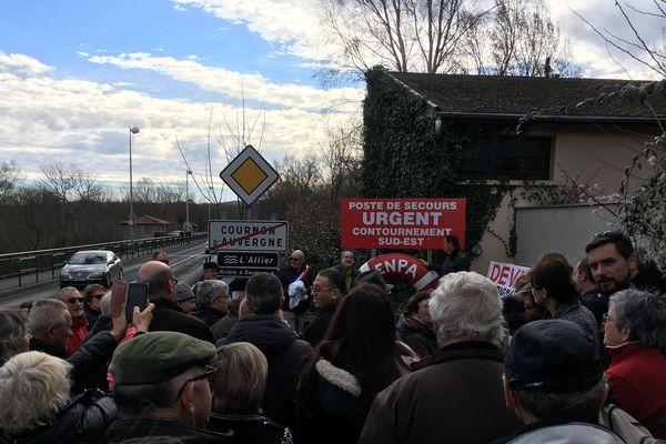 A Cournon-d'Auvergne, près de Clermont-Ferrand, une nouvelle journée de manifestation a eu lieu en faveur du projet de contournement sud-est pour fluidifier le trafic routier.