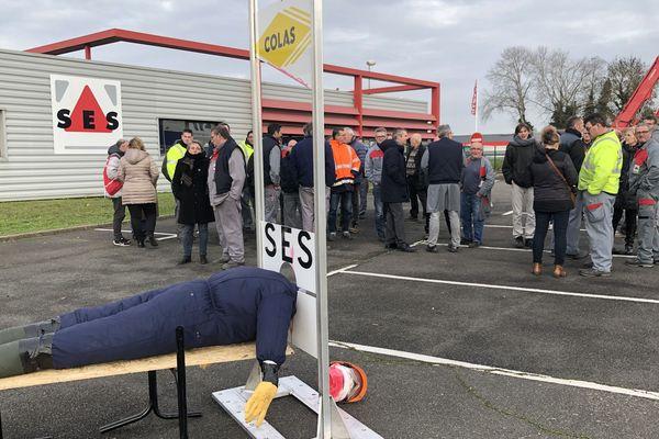 Une mobilisation des salariés de l'entreprise SES a eu lieu sur le parking en réponse à la fermeture du site en 2020