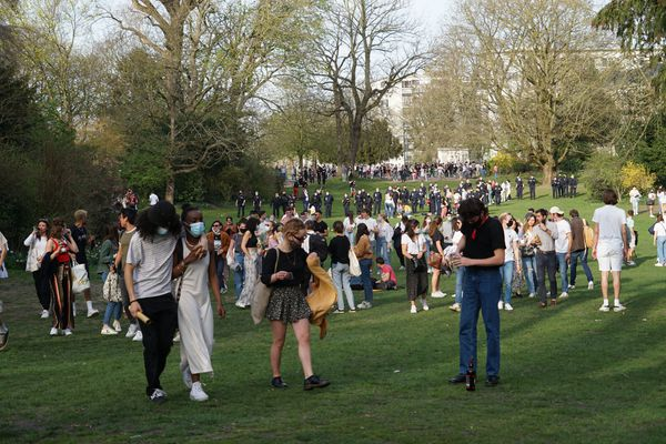 Avec les températures estivales, les jeunes se réunissent dans les parcs de la ville de Lille, dont le jardin Vauban. Mercredi 31 mars, 70 policiers sont venus pour les déloger.