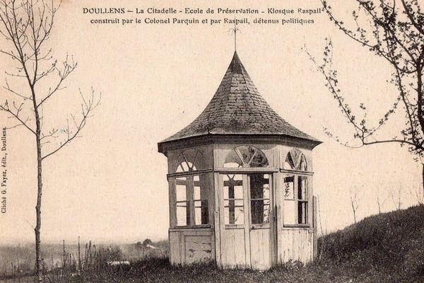 Raspail, détenu à la citadelle, construisit un kiosque.