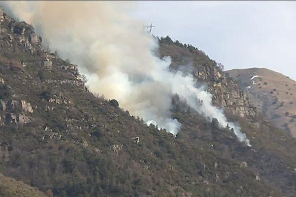 Le feu s'est déclaré hier soir dans un vallon escarpé, 20 hectares sont partis en fumée.