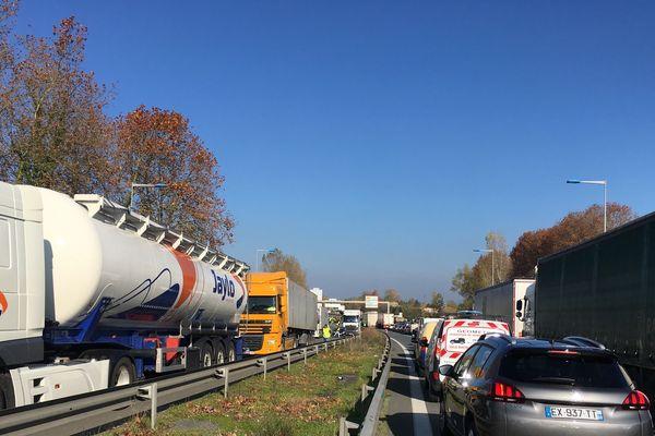 Une fil de voitures et de camions bloqués sur la route nationale 10 ce lundi 19 novembre. Les routiers n'ont pas appelé à rejoindre le mouvement des gilets jaunes
