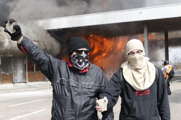 Deux participants posant fièrement au cours du black bloc du contre-sommet de l'OTAN en 2009.