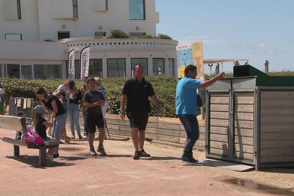 Un touriste utilise le conteneur à l'entrée de la plage de Biscarrosse pour se débarrasser de ses déchets. 02/08/21