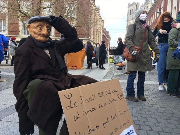 Presque chaque manifestant avait ramené pour l'occasion sa chaise et sa pancarte personnalisée.