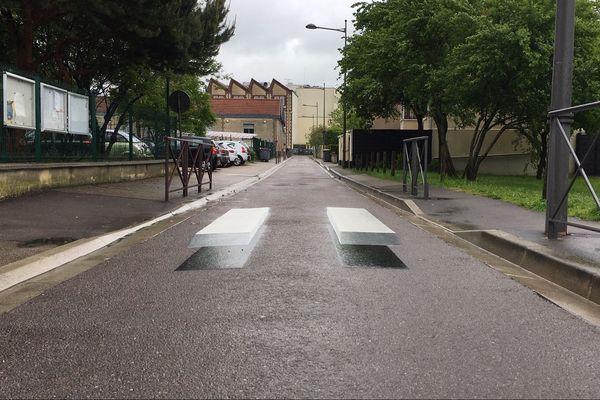 Un passage piéton 3D devant l'école du paradis à Troyes