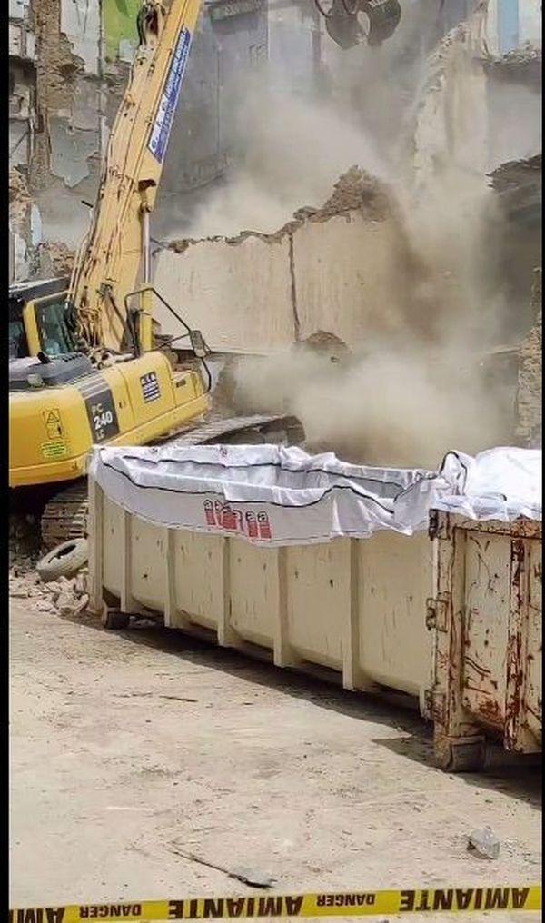 Dans cette benne, une bache blanche prévue pour recevoir les déchets amiantés.