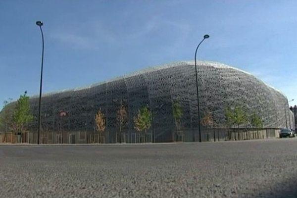 Une fine résille de béton enveloppe le stade.