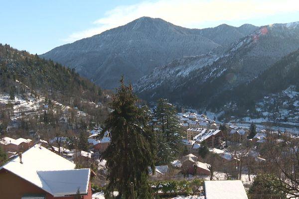 La vue de Saint-Martin-Vésubie sous la neige depuis les hauteurs du village.