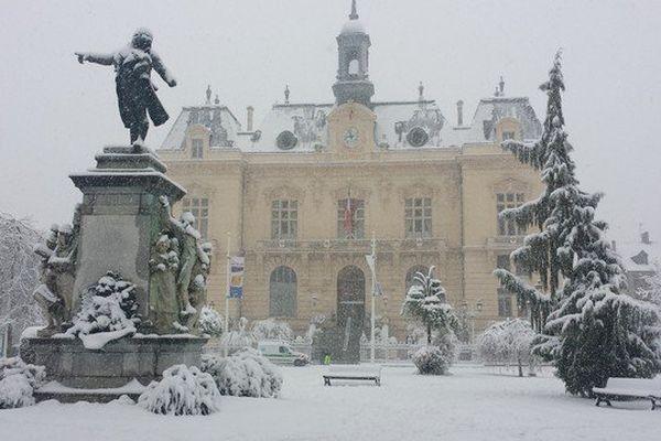 La statue de Danton devant la mairie va prendre froid