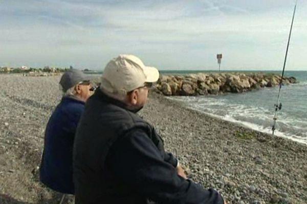 A Cagnes-sur-Mer la pêche à la ligne sur les digues et le bord de mer est interdite toute l'année depuis 2011