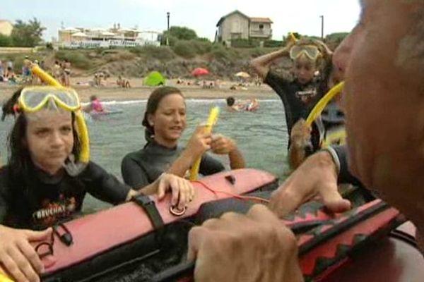 Les enfants ont appris à battre des palmes et à respirer par un tuba pendant 20 minutes de randonnée subaquatique - Juillet 2015