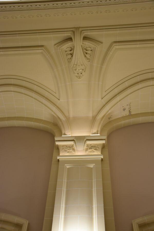 """Les feuilles de ginkgo biloba ornent les plafond de la salle de la """"corbeillee"""" de la Bourse de Nancy et de la """"salle Lyautey""""."""