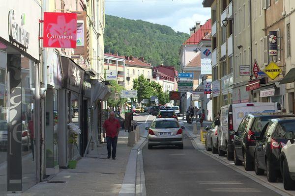 Dans le centre-ville de Saint-Claude, dans le Jura, les vitrines vides se sont multipliées ces dernières années
