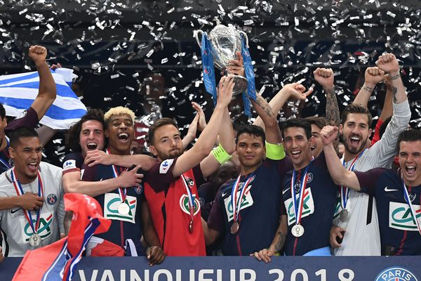 Le capitaine des Herbiers, Sébastien Flochon, porte la coupe de France avec Thiago Silva.