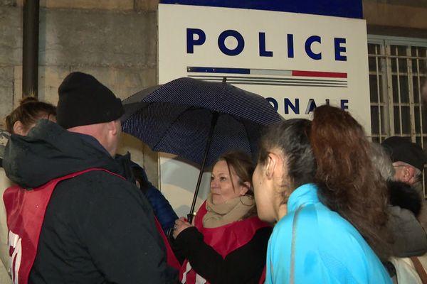 Devant le commissariat de Besançon