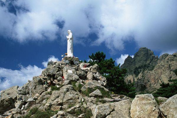 Statue ''Notre Dame des Neiges'' au Col de Bavella.