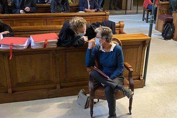 Helga Wauters comparaît libre, ici en discussion avec son avocat Maître Antoine Vey