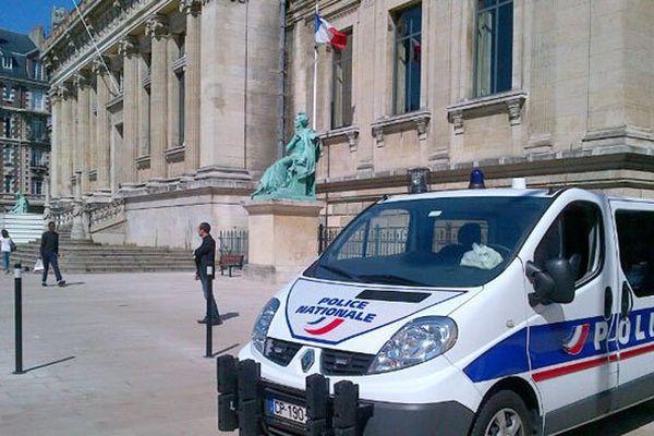 Le palais de justice du Havre sous surveillance policière pendant les défèrements des braqueurs présumés