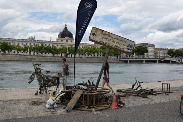 Ces improbables objets jonchaient le fond du fleuve sur sa rive gauche, entre le Pont de la Guillotière et le Pont Wilson à Lyon.
